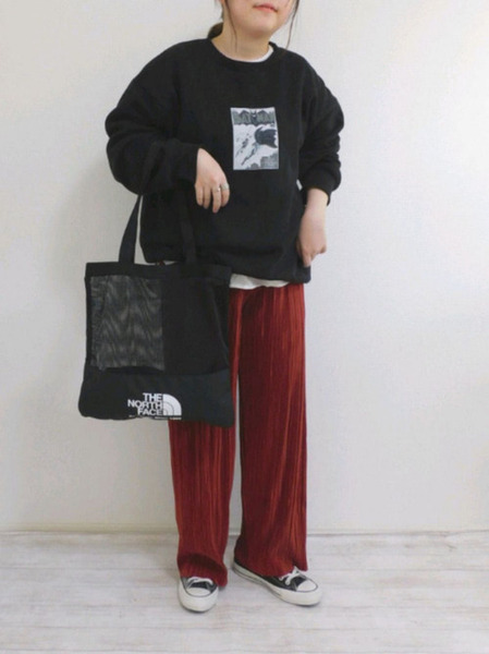GU黒スウェット×赤ワイドパンツ