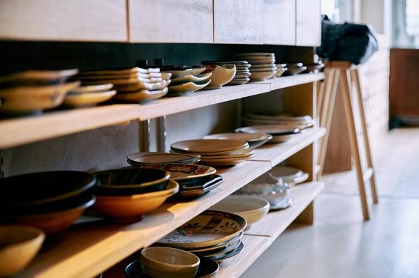 棚に収納された食器たち