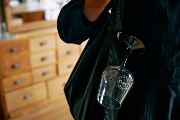 「モバイルワインシステム」と名付けたワイングラスをぶらさげる