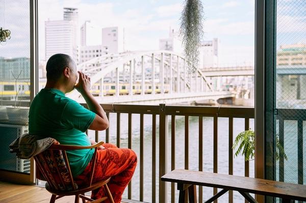 川を見ながらビールを飲む邦夫さん