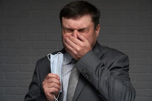 くしゃみをする人