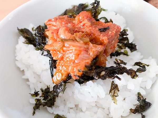 ほかほかの白いご飯に韓国のりと一緒に乗っけていただくと、箸も止まらない美味しさ