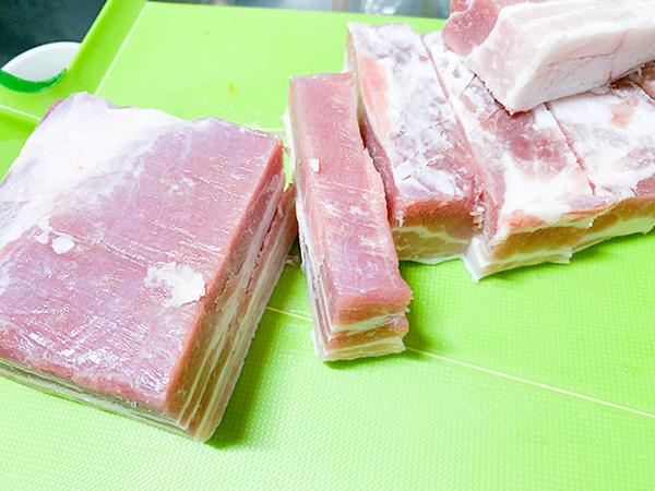 豚バラブロックは食べやすい大きさにカット