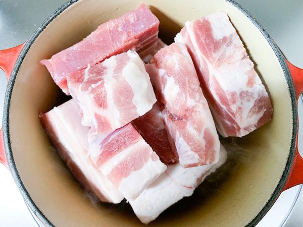 熱した鍋にごま油を入れて、豚バラ肉を焼きます