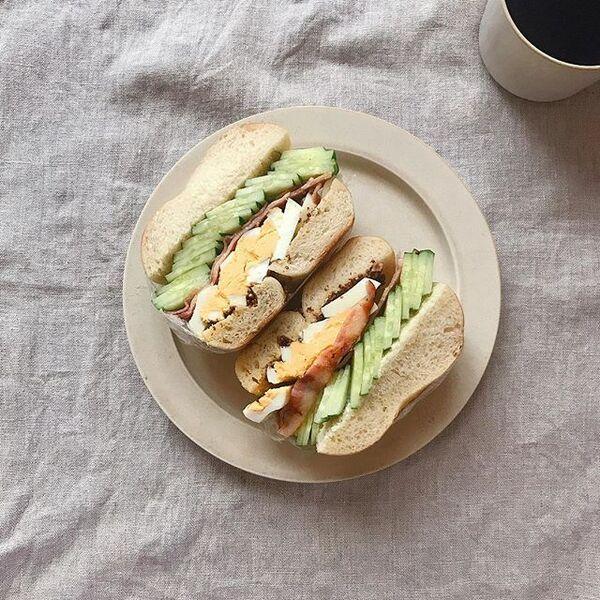卵とベーコンときゅうりのベーグルサンド