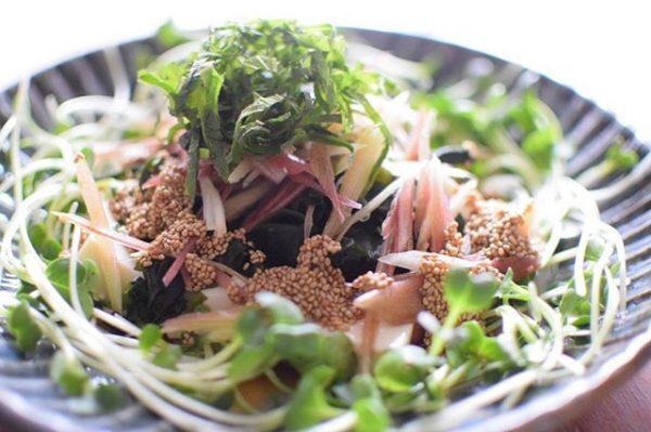 チアシードをかけた豆腐サラダ