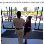 肉屋の店先で動物愛護を訴える女性 怒りの店員「あんたの職場で同じことをしてやろうか?」(豪)<動画あり>