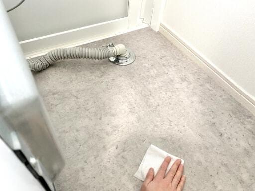 洗濯機の下を掃除する
