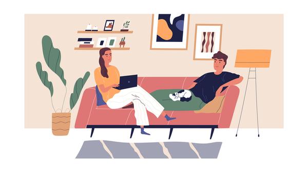 ソファーで語らうカップル