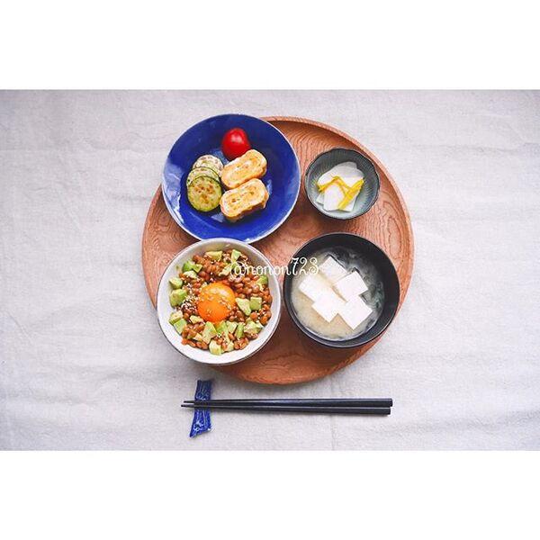 丸いお盆に食器を乗せる和食コーディネート