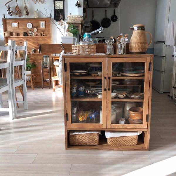 カゴがキッチンアイテムの収納に活躍