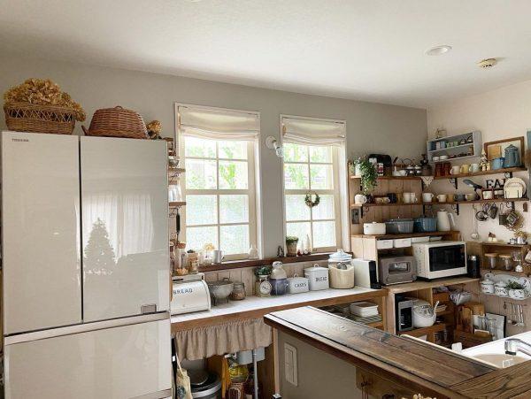 背面収納のあるナチュラルカントリーなキッチン実例