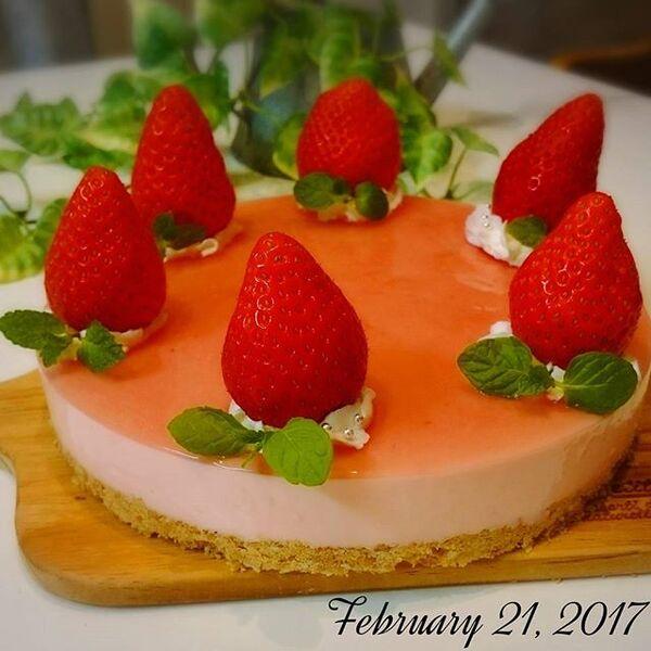 可愛く見えるイチゴのレアチーズケーキ