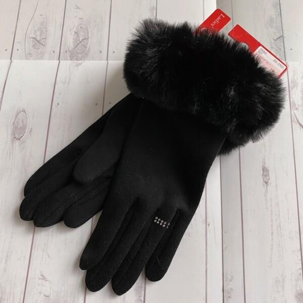 黒のファーとストーンが施された黒手袋