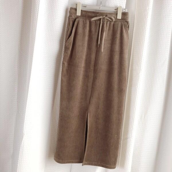 ベージュのコーデュロイタイトスカート