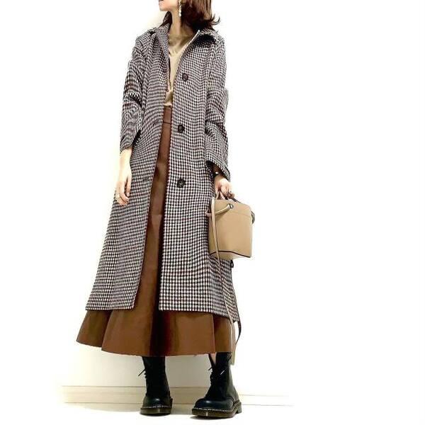 ロングコートにブラウンスカートのコーデ