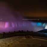 【世界冬の絶景】白銀の世界の中で、美しいイルミネーションに照らされるカナダ「ナイアガラの滝」