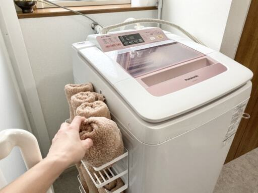 山崎実業「tower」のホースホルダー付き洗濯機横マグネットラック