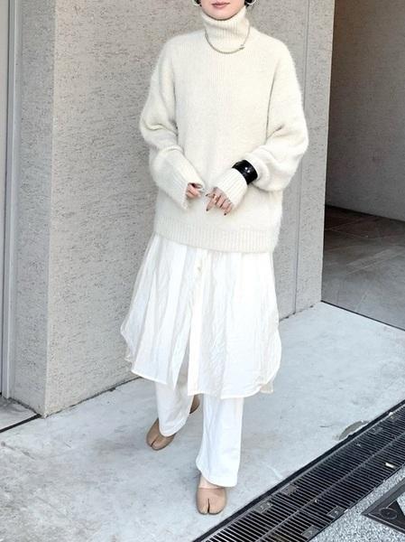 白デニム×白ニット×シャツワンピ