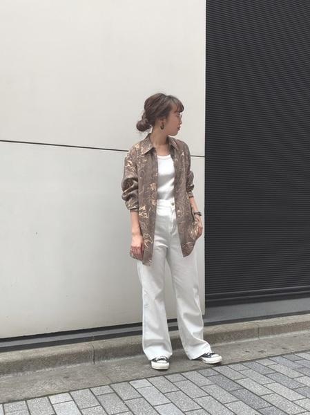 白デニム×マーブル柄シャツ