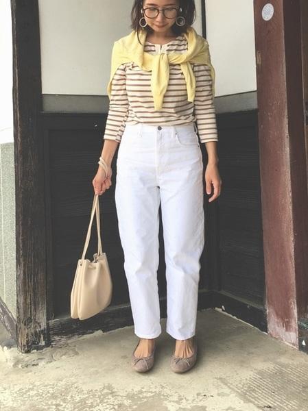 白デニム×ベージュボーダーシャツ