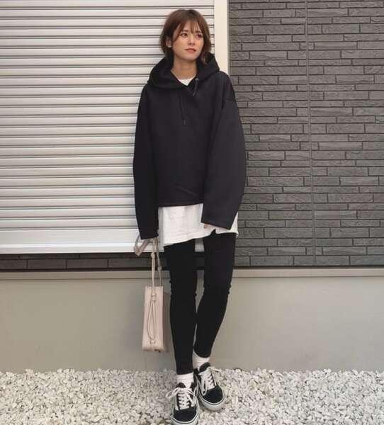 ユニクロのパーカーとレギンスパンツを履いている女性