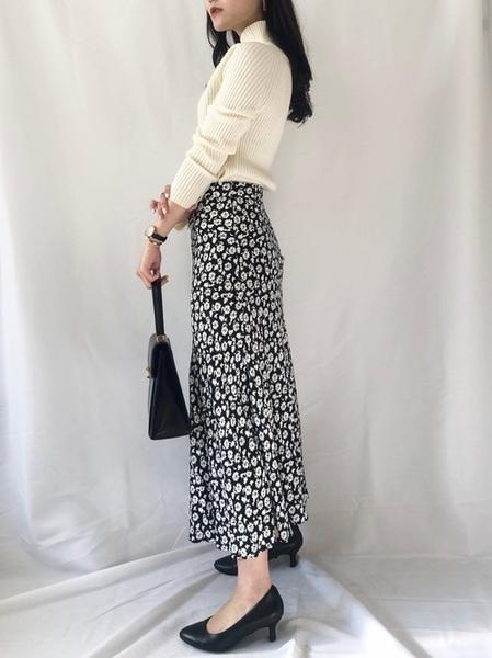 白リブニット×花柄ロングスカート