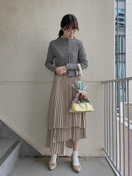 ベージュバレエシューズ×スカート