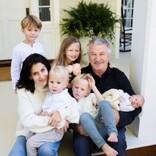 """アレック・ボールドウィン """"渦中""""の愛妻の誕生日に幸せオーラ全開の家族写真を公開"""
