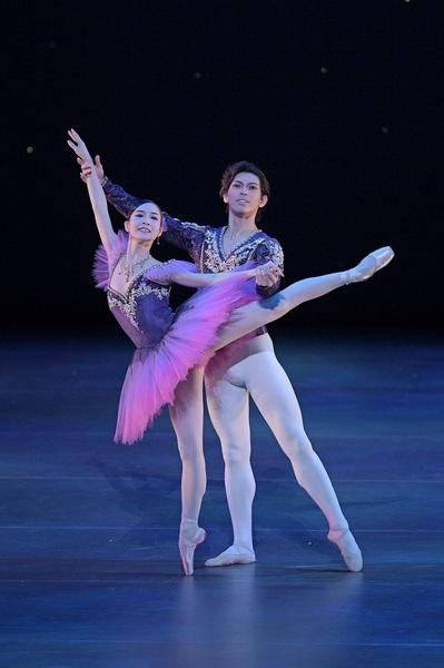 「ニューイヤー・バレエ」より『ソワレ・ド・バレエ』   撮影:鹿摩隆司