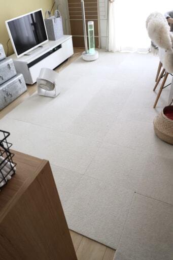 床にペット用のタイルカーペットを敷いたリビング