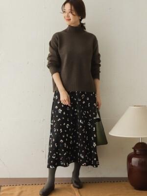 ニットとタイツの色を揃えると柄スカートでもすっきり見えます 出典:WEAR