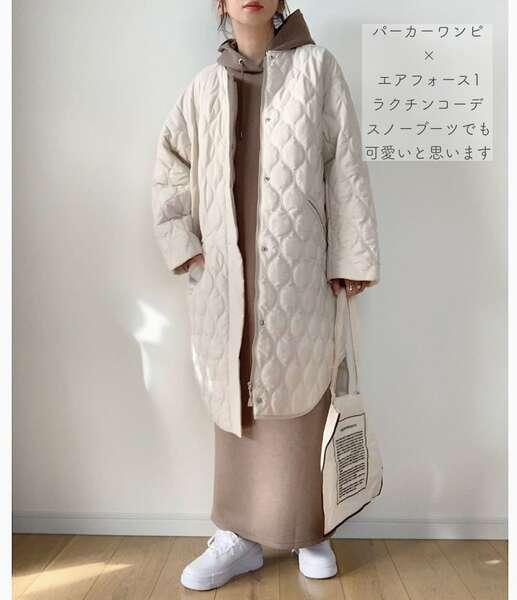 maikoさんのベージュのパーカーワンピースにキルティングコートを羽織ったコーデ