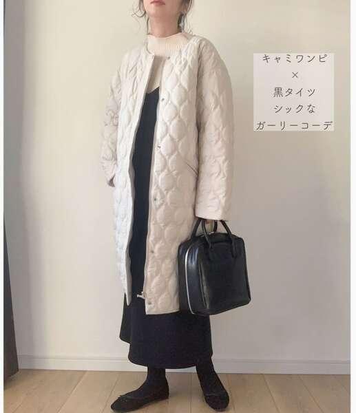 maikoさんの白ニットに黒キャミソールワンピとタイツにキルティングコートを羽織ったコーデ