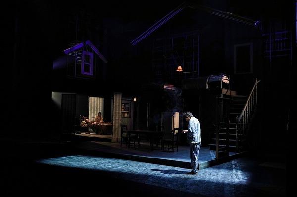 舞台左奥に風間杜夫、片平なぎさ、右側手前に山内圭哉  撮影:細野晋司