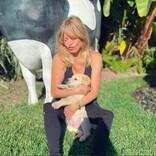 ゴールディ・ホーン、新たに家族に加わったキュートな子犬を溺愛
