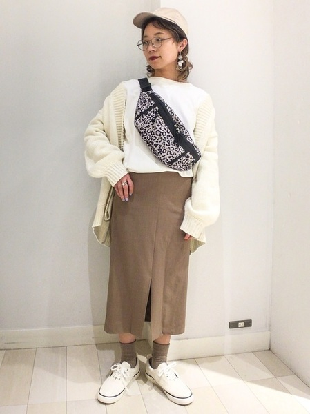 ベージュキャップ×茶色スカート