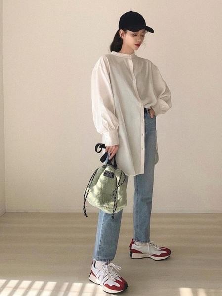 黒キャップ×白ロングシャツ
