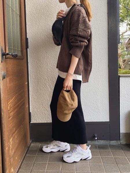 茶色キャップ×黒タイトスカート