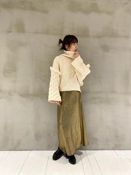 mysticのハイネックフリンジニットプルオーバーを着ている女性の写真