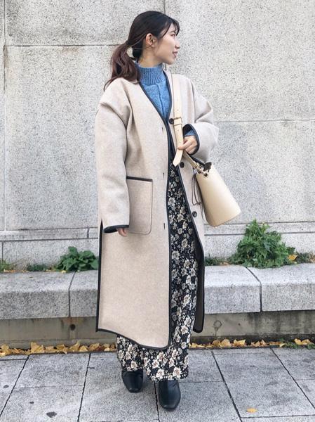 natural cutureのキルトライナー付きパイピングコートを着ている女性の写真