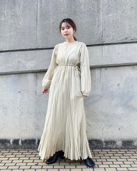 kastaneのクリンクルマーメイドワンピースを着ている女性の写真