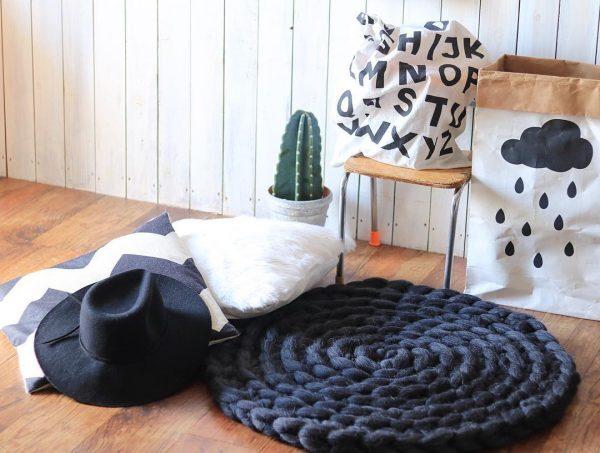 手編みのおしゃれな円形ラグ