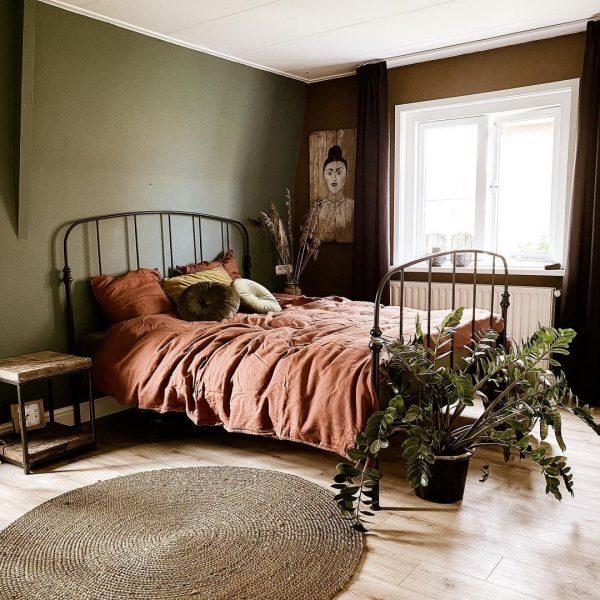 落ち着いた寝室の円形ラグインテリア
