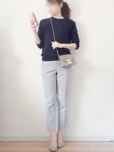 ユニクロ紺ニット×グレーパンツの春コーデ