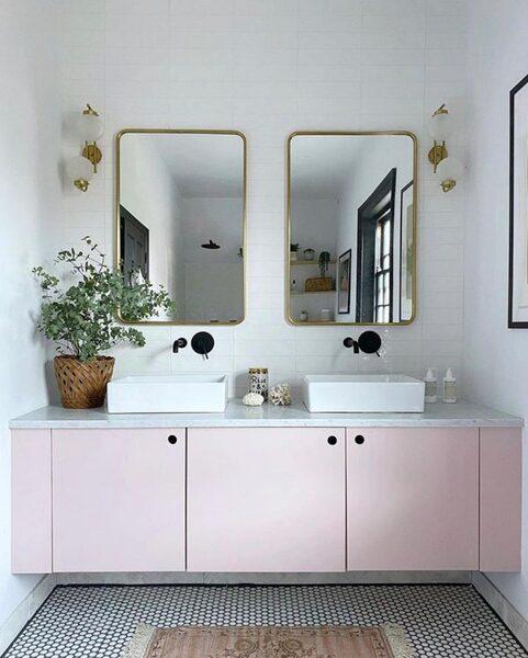 ピンクの扉とグリーンのコントラストが◎