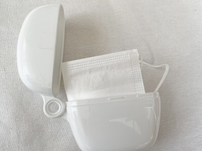 マスクを半分に折って収納できるダイソーのマスクケース1個100円(税別)