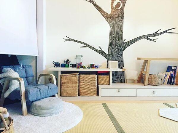 壁に木のデザインを施すコーディネート