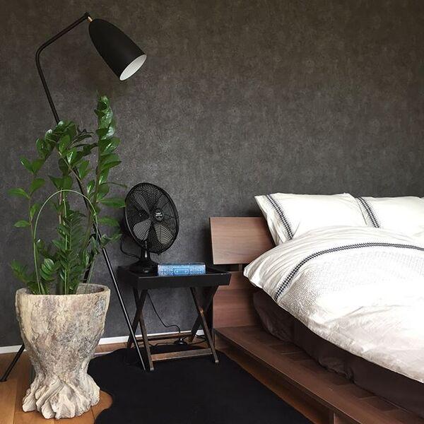 落ち着いた色の壁の寝室実例