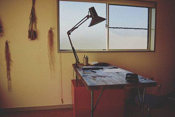 スタンドとテーブルのインテリア実例
